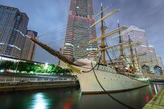 Bateau de navigation du Nippon Maru à Yokohama la nuit, Japon Images stock