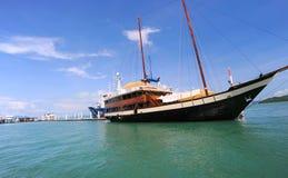 Bateau de navigation en mer Photo stock