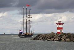 Bateau de navigation en mer Photos stock