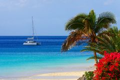 Bateau de navigation en mer bleue profonde Photo stock