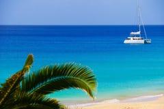 Bateau de navigation en mer bleue profonde Photographie stock libre de droits