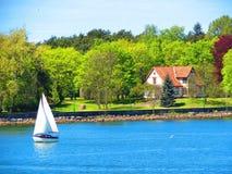 Bateau de navigation et maison, Lithuanie Images stock