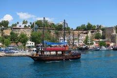 Bateau de navigation - Gulet - dans le port d'Antalyas Oldtown Kaleici Photos stock