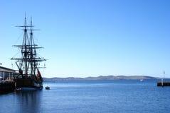 Bateau de navigation mâté contre le ciel bleu Photos libres de droits