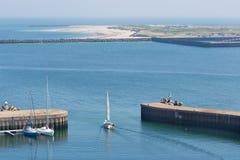 Bateau de navigation quittant le port Helgoland, île allemande dans le Northsea Photographie stock libre de droits