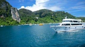 Bateau de navigation sur la mer de l'île de Phuket, Thaïlande Photographie stock libre de droits
