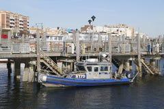 Bateau de NYPD fournissant la sécurité à la baie de Sheepshead à Brooklyn Image libre de droits