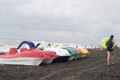 Bateau de pédale sur une plage sablonneuse et pour la location au bord de la mer photographie stock libre de droits