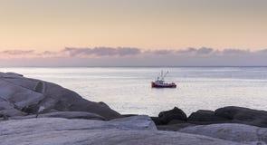 Bateau de pêche à l'aube à la crique du ` s de Peggy en Nova Scotia, Canada photos stock
