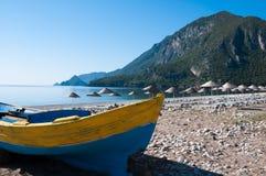Bateau de pêche à la plage de Cirali, Turquie Photographie stock libre de droits