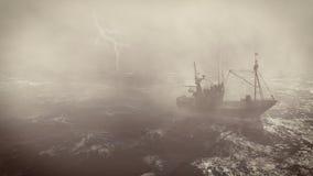 Bateau de pêche à la tempête lourde avec des foudres Image libre de droits