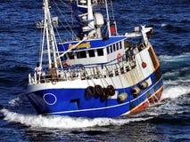 Bateau de pêche à la vitesse images libres de droits
