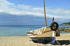 Bateau de pêche échoué à Lloret de Mar, Espagne image stock
