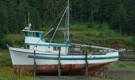 Bateau de pêche échoué image libre de droits