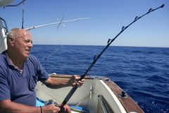 Bateau de pêche aîné de sport de grand jeu de pêcheur Image libre de droits