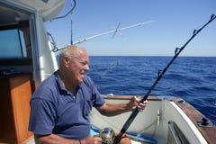 Bateau de pêche aîné de sport de grand jeu de pêcheur Photos libres de droits