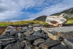 Bateau de pêche abandonné dans Finnmark, Norvège photos stock