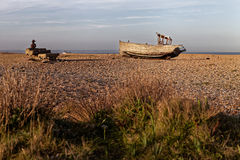 Bateau de pêche abandonné et machines rouillées Photo stock