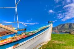 Bateau de pêche abandonné hors de mer dans la lumière d'après-midi dans Pomos, Chypre Photos libres de droits