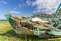Bateau de pêche abandonné hors de mer dans la lumière d'après-midi dans Pomos ha Image stock