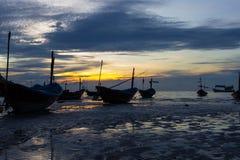 Bateau de pêche au coucher du soleil images stock