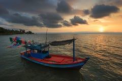 Bateau de pêche au coucher du soleil Images libres de droits