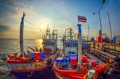 Bateau de pêche au coucher du soleil Image libre de droits