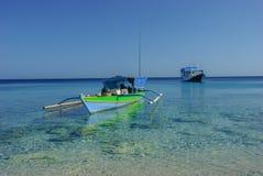 Bateau de pêche au-dessus du corail Image libre de droits