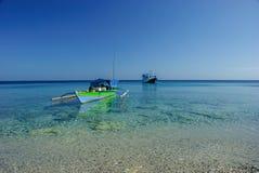 Bateau de pêche au-dessus du corail Images libres de droits