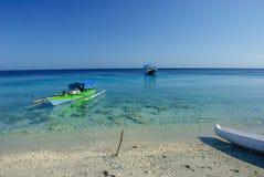 Bateau de pêche au-dessus du corail Image stock