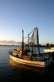 Bateau de pêche au dock. Photos stock