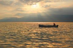 Bateau de pêche au lac de policier, humeur romantique au coucher du soleil Photos stock