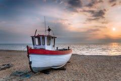 Bateau de pêche au lever de soleil Photographie stock