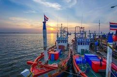 Bateau de pêche au lever de soleil Photos libres de droits