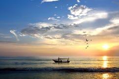 Bateau de pêche au lever de soleil (foyer sélectif. Foyer au bateau seulement Photographie stock