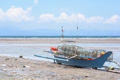 Bateau de pêche Beached aux Philippines Image stock