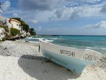 Bateau de pêche blanc et bleu par la mer photos stock