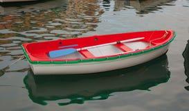Bateau de pêche blanc et vert rouge Photographie stock libre de droits
