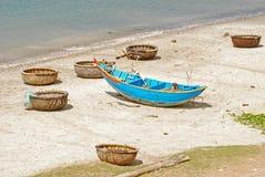 Bateau de pêche bleu à Danang Images stock