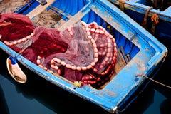Bateau de pêche bleu Photo stock