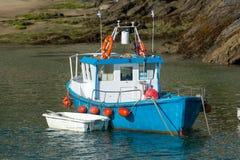 Bateau de pêche bleu de port de Newquay sur l'amarrage dans les Cornouailles image libre de droits