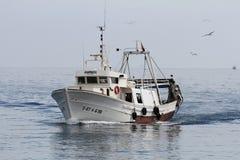 Bateau de pêche de chalutier en eaux libres dans le cours au port de Vila de La Photo libre de droits