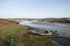 Bateau de pêche d'abandon dans un estuaire 1 Image libre de droits