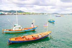 Bateau de pêche d'amarrage de pêcheur Images libres de droits