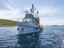Bateau de pêche dans des îles Croatie de Kornati Images libres de droits
