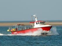Bateau de pêche dans des têtes de la Norfolk pour le rivage Images stock