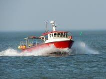 Bateau de pêche dans des têtes de la Norfolk pour le rivage Photographie stock libre de droits