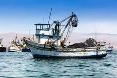 Bateau de pêche dans la baie Photo libre de droits