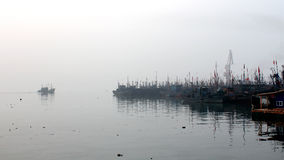 Bateau de pêche dans la brume de matin Photographie stock