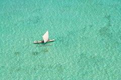 Bateau de pêche dans la lagune Photographie stock libre de droits